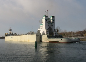 barge Innovation and tug Samuel de Champlain at guard gate upbnd (3)