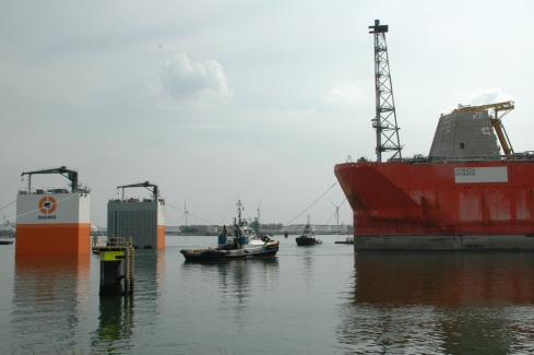 0aaaars5Invaren Armada Intrepid in Dockwise Vanguard_dd 20150508_00_RZ